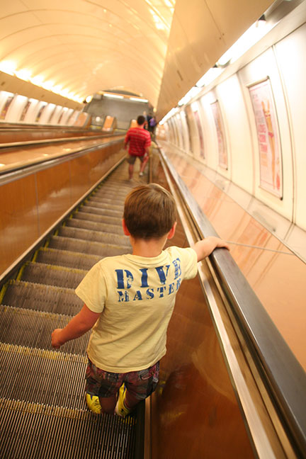 roltrap metro stedentrip Praag met kinderen Belvilla vakantiehuizen