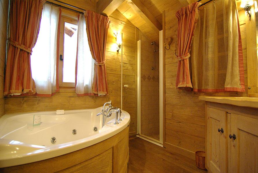 Interieur chalet houten eettafel u stockfoto zveiger