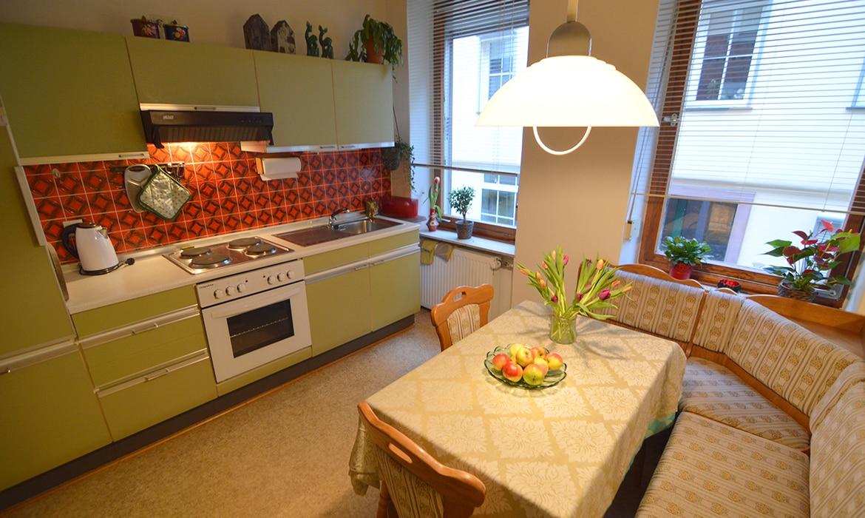 retro meubels kleurrijke keukens vrolijke badkamertegels en hout heel veel hout is een keer wat anders dan een ultra strak en mega modern vakantiehuis